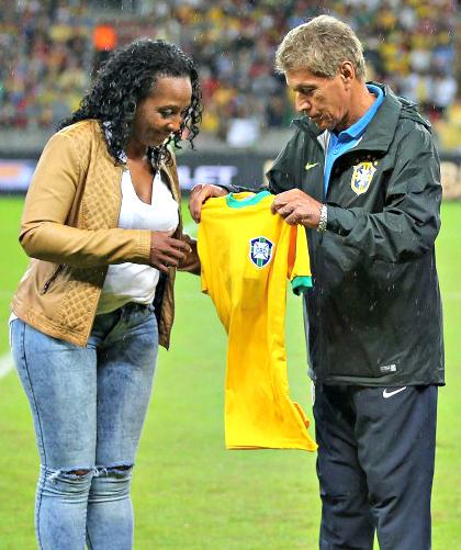 Denise Helena recebe de Clodoaldo homenagem  a  Everaldo - Foto: Rafael Ribeiro/CBF