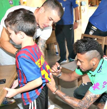 Neymar autografa camisa do filho de D'Alessandro - Foto: Rafael Ribeiro/CBF