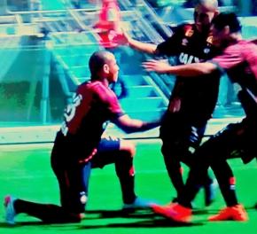 Walter, de joelhos, festeja o gol do Atlético