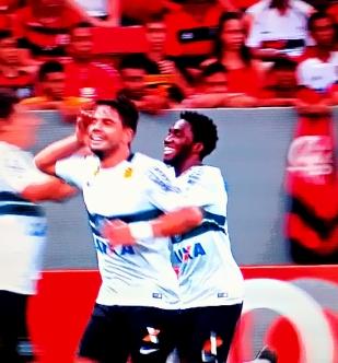 Henrique festeja gol do Coritiba em ambiente rubro-negro