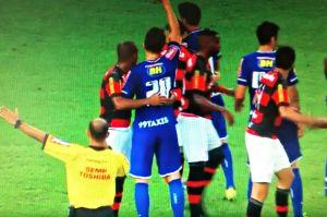 Quase a três: pertinho do juiz, Samir agarra Paulo André