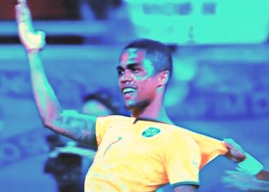 Douglas Costa: arquiteto e engenheiro de Brasil 3 x 0 Peru