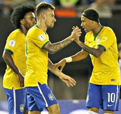 Willian, Lucas Lima e Neymar: Brasil melhora no segundo tempo - Foto: Rafael Ribeiro/CBF