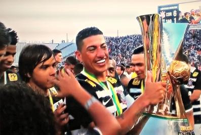 No Itaquerão, após Corinthians 6 x 1 São Paulo, Ralf recebe a taça de campeão brasileiro